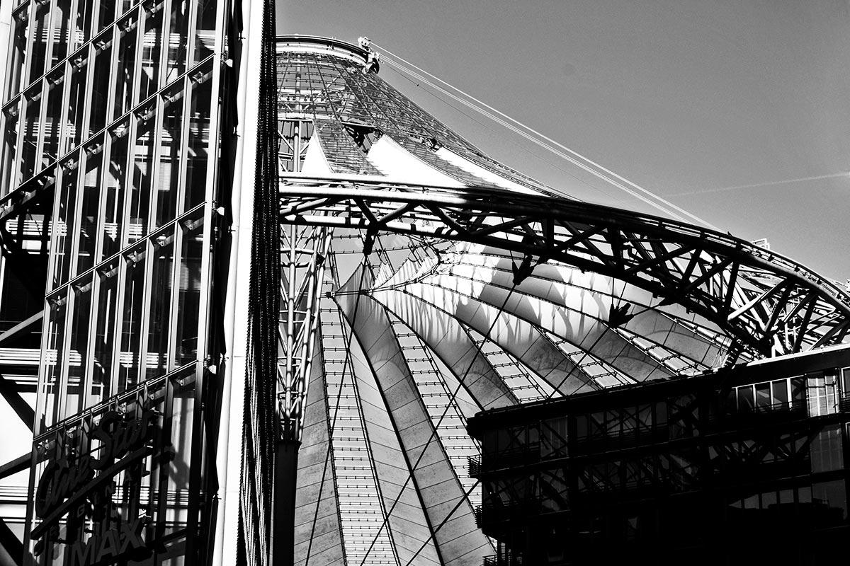 Cruce líneas carpas curvas construcción arquitectura vanguardia Sony Center Berlín blanco y negro