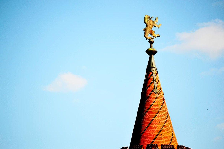 Oso símbolo Berlín torre ladrillo Oberbaumbrucke Alemanua