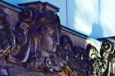 Rostros esculturas friso edificios Unter den Linden Berlín