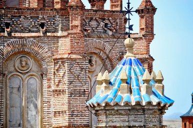 Fachada ladrillo rojo escudos rostros arte mudéjar torres Teruel
