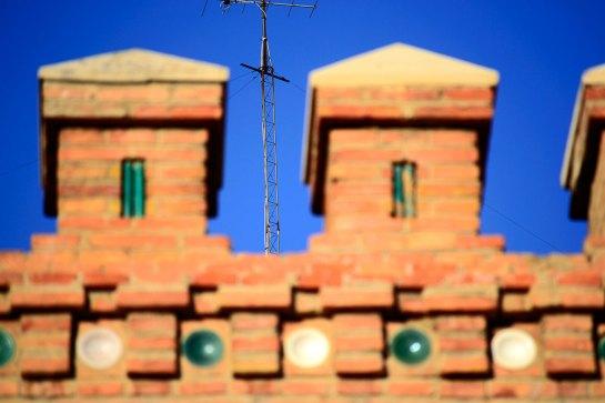 Antena ladrillo rojo azoteas cielo difuminado Teruel