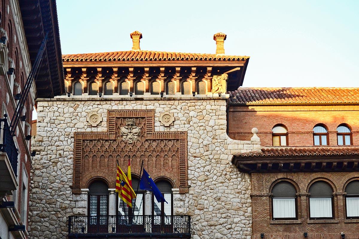 Fachada mudéjar ladrillo piedra banderas ayuntamiento Teruel