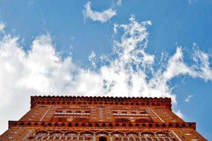 Contrapicado Torre Mudéjar detalle ladrillo simetría cielo Teruel