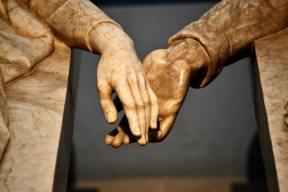 Detalle manos entrelazadas amantes Teruel museo