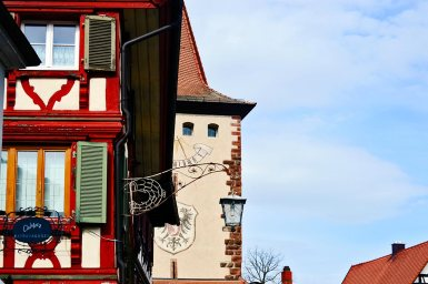 Fachada ventanas colores rótulos comercios torre Gengenbach Selva Negra Alemania