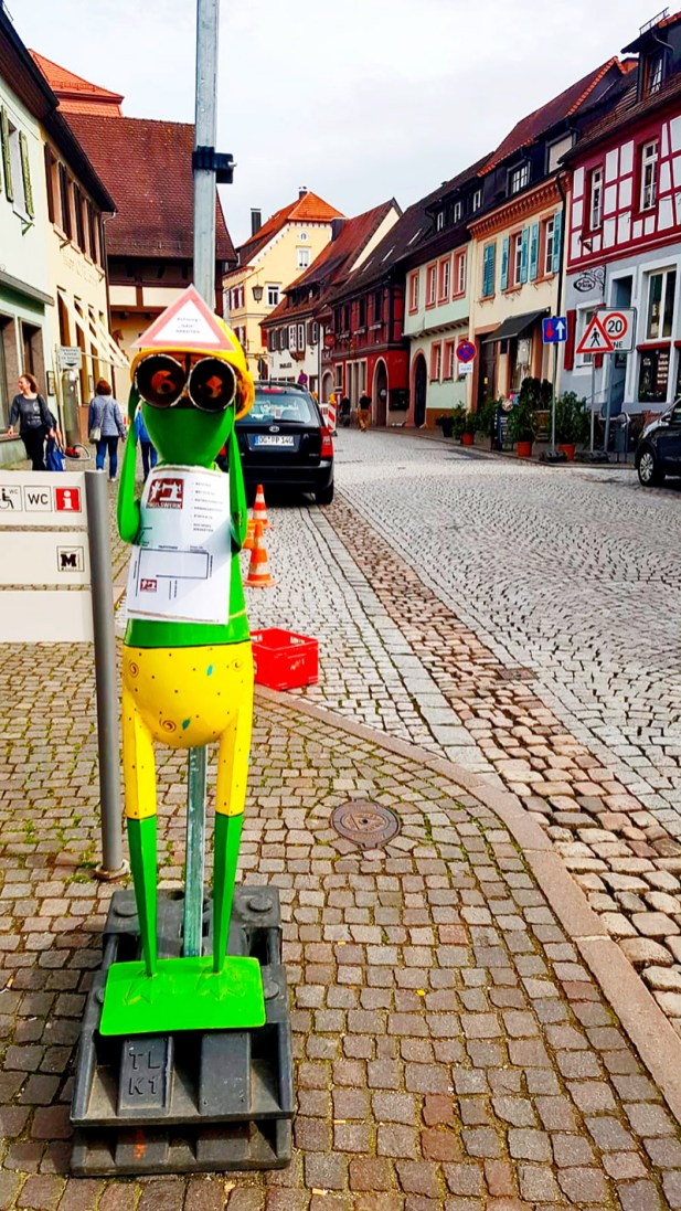 Muñeco obrero prismáticos plásticos zona obras centro histórico Gengenbach