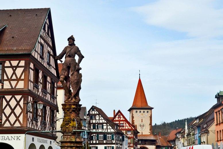 Escultura bronce plaza central caballero escudo fachadas casas Gengenbach