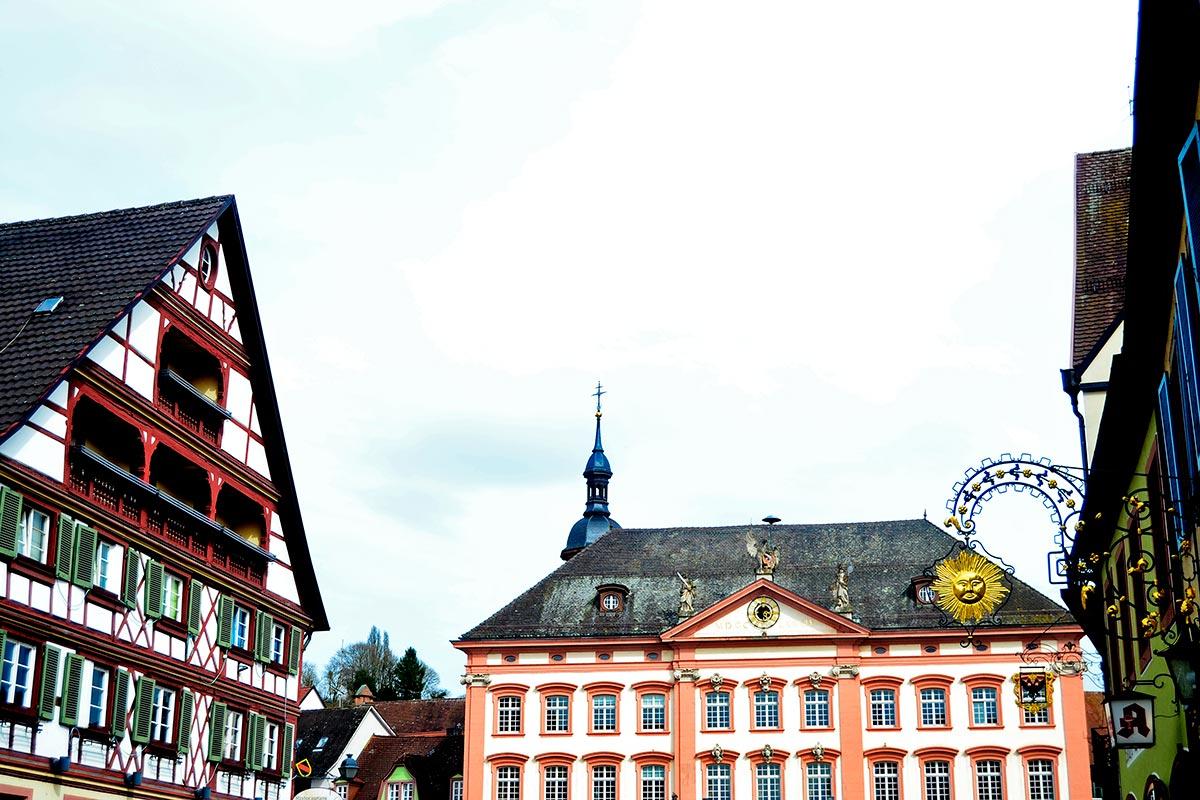 Panorámica ayuntamiento tejados fachadas medievales rótulos calles Gengenbach