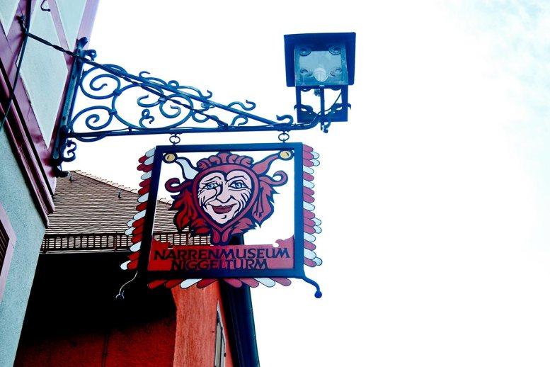 Letrero máscara roja carnaval calle comercio Gengenbach
