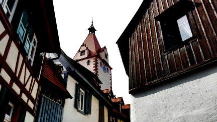 Picado calle vivienda fachadas medievales torre reloj centro histórico Gengenbach Alemania