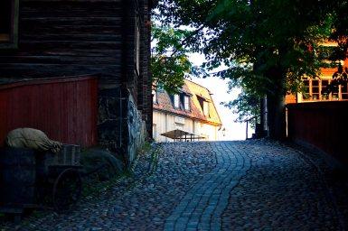 Calle empedrada rural típica desierta parque Skansen Estocolmo