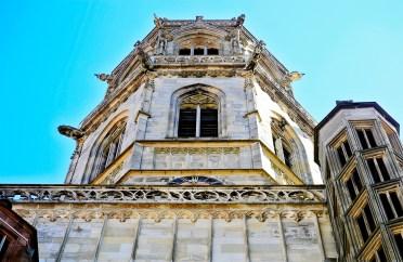 Contrapicado torre gótica piedra gárgolas Iglesia parroquial de la Santa Cruz Rottweil