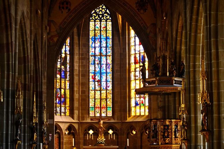 Crucifijo vidrieras Interior iglesia Heilig Kreuz Münster Rottweil