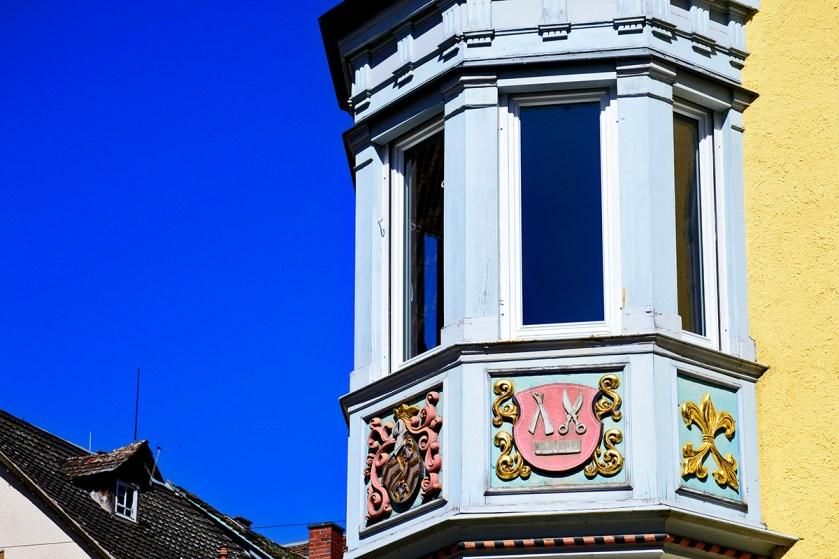 Ornamentación policromada medieval fachada ventana torre Hauptstrasse Rottweil