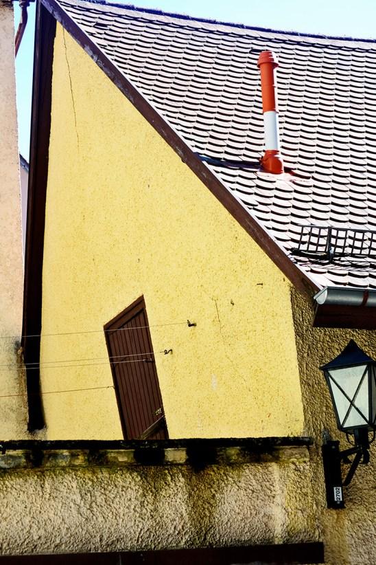 Vivienda pared amarilla inclinada centro histórico Rottweil