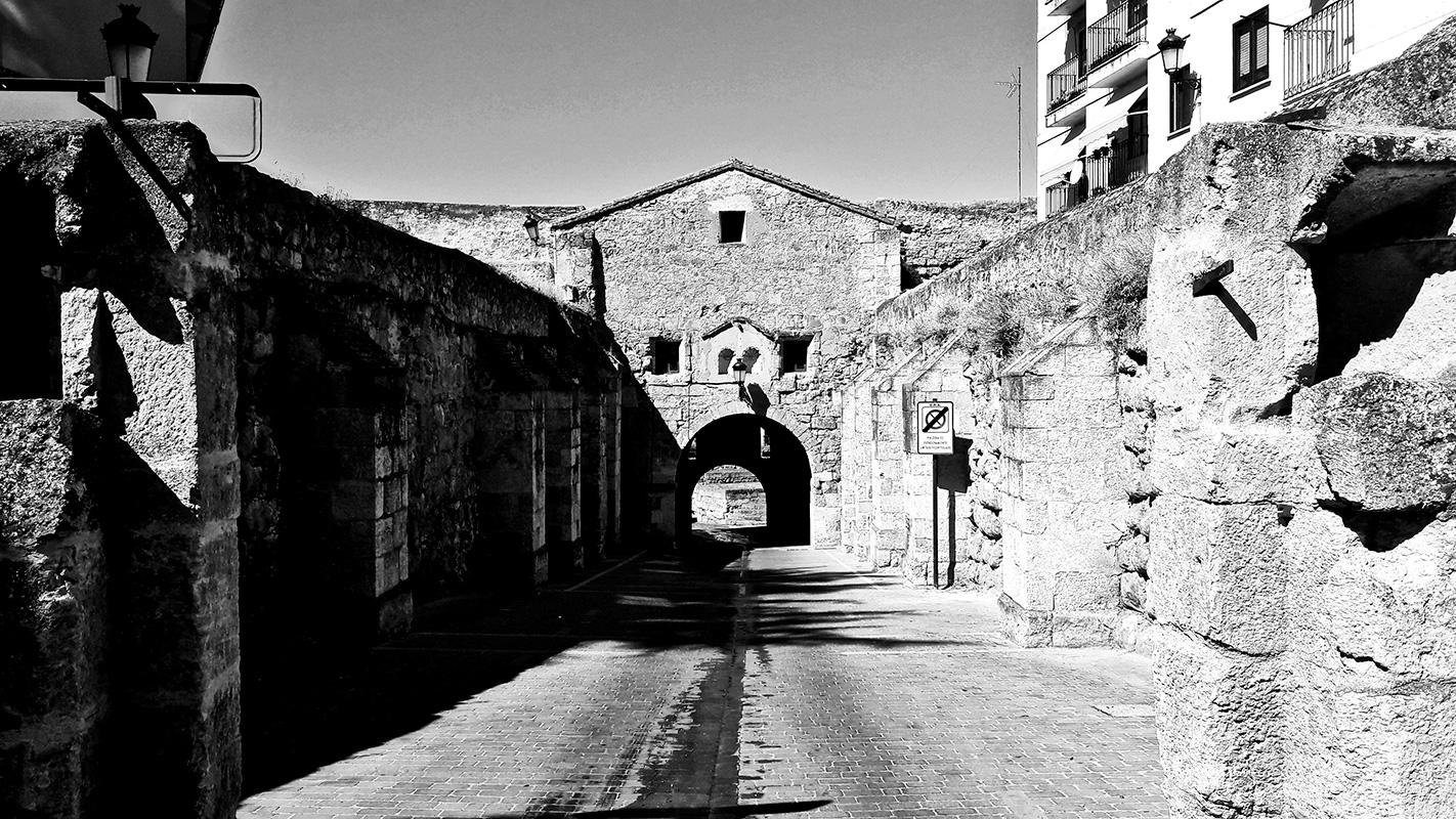 Panorámica calle desierta murallas túnel Ciudad Rodrigo Salamanca blanco y negro