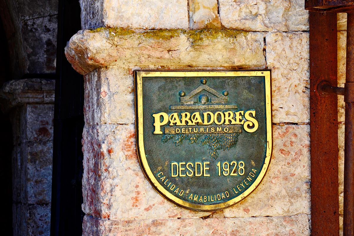 Detalle placa Paradores de Turismo Ciudad Rodrigo entrada