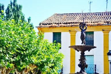 Fuente mujer bronce Plaza Amayuelas Ciudad Rodrigo Salamanca