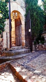 Puerta abierta escaleras piedra jardines interiores Parador Nacional de Turismo Ciudad Rodrigo Salamanca