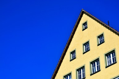 Vivienda fachada amarilla ventanas medieval centro histórico Rottweil Haupstrasse