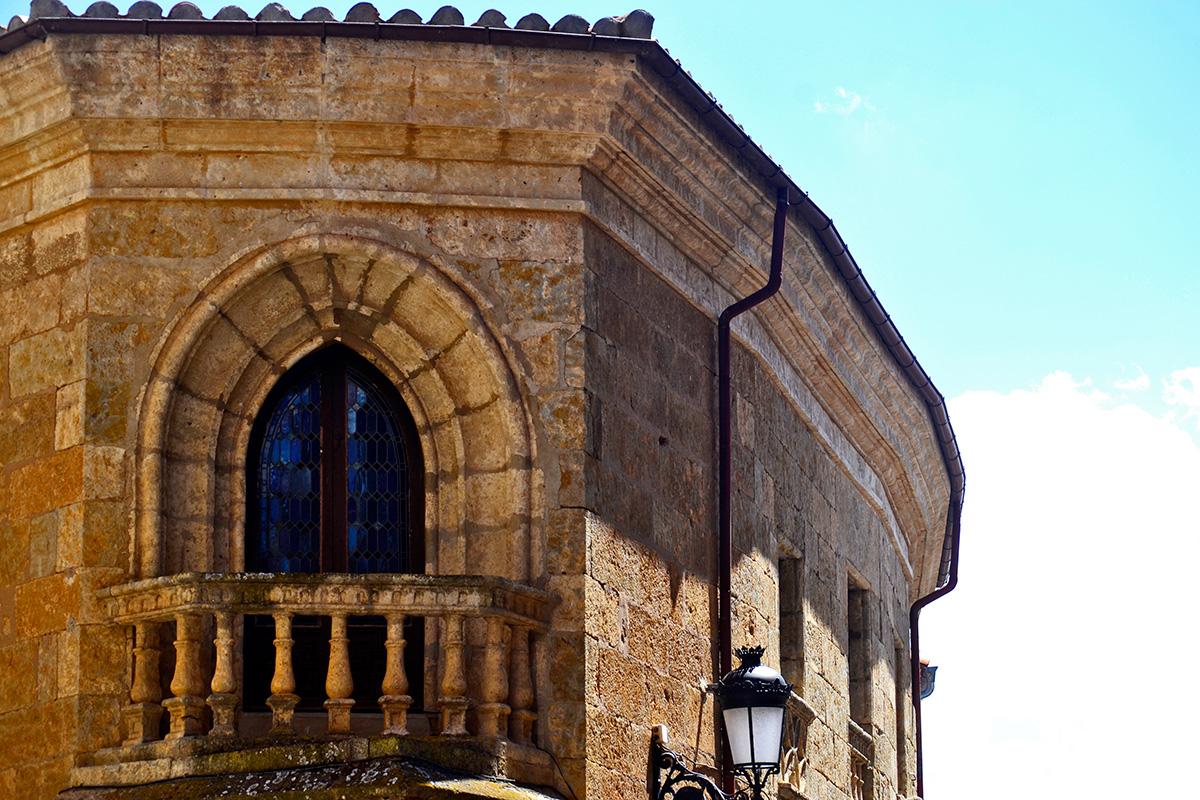 Ventana balcón piedra edificación esquina centro histórico Ciudad Rodrigo
