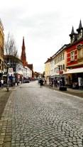 Calle comercial empedrada centro histórico Offenburg Alemania