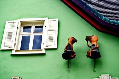 Figuras pájaros hablando fachada verde vivienda centro Offenburg Alemania