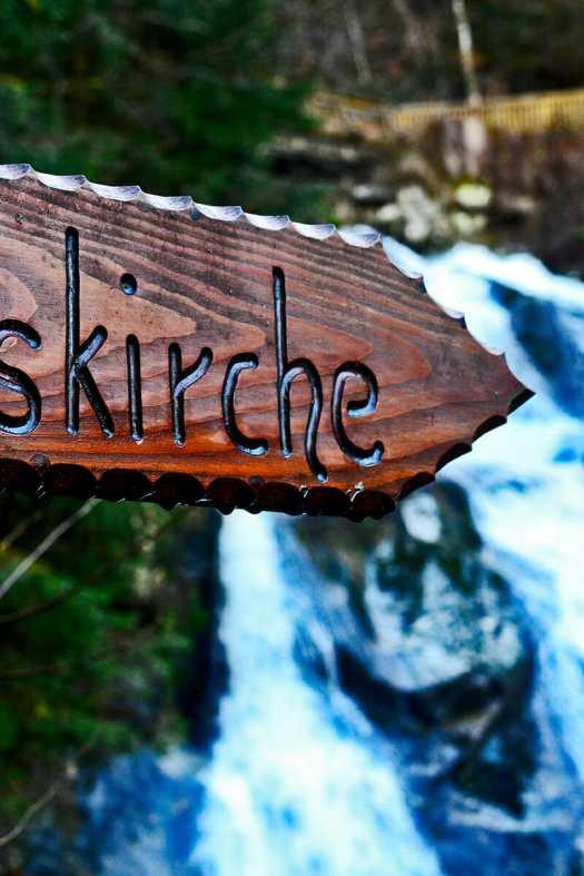 Señal madera dirección rutas Cascadas Triberg Selva Negra Alemania