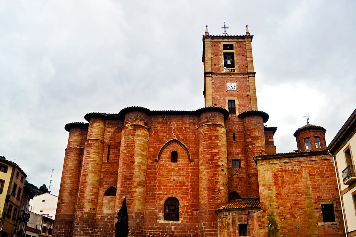 Fachada principal ladrillo rojizo Santa María la Real Nájera La Rioja