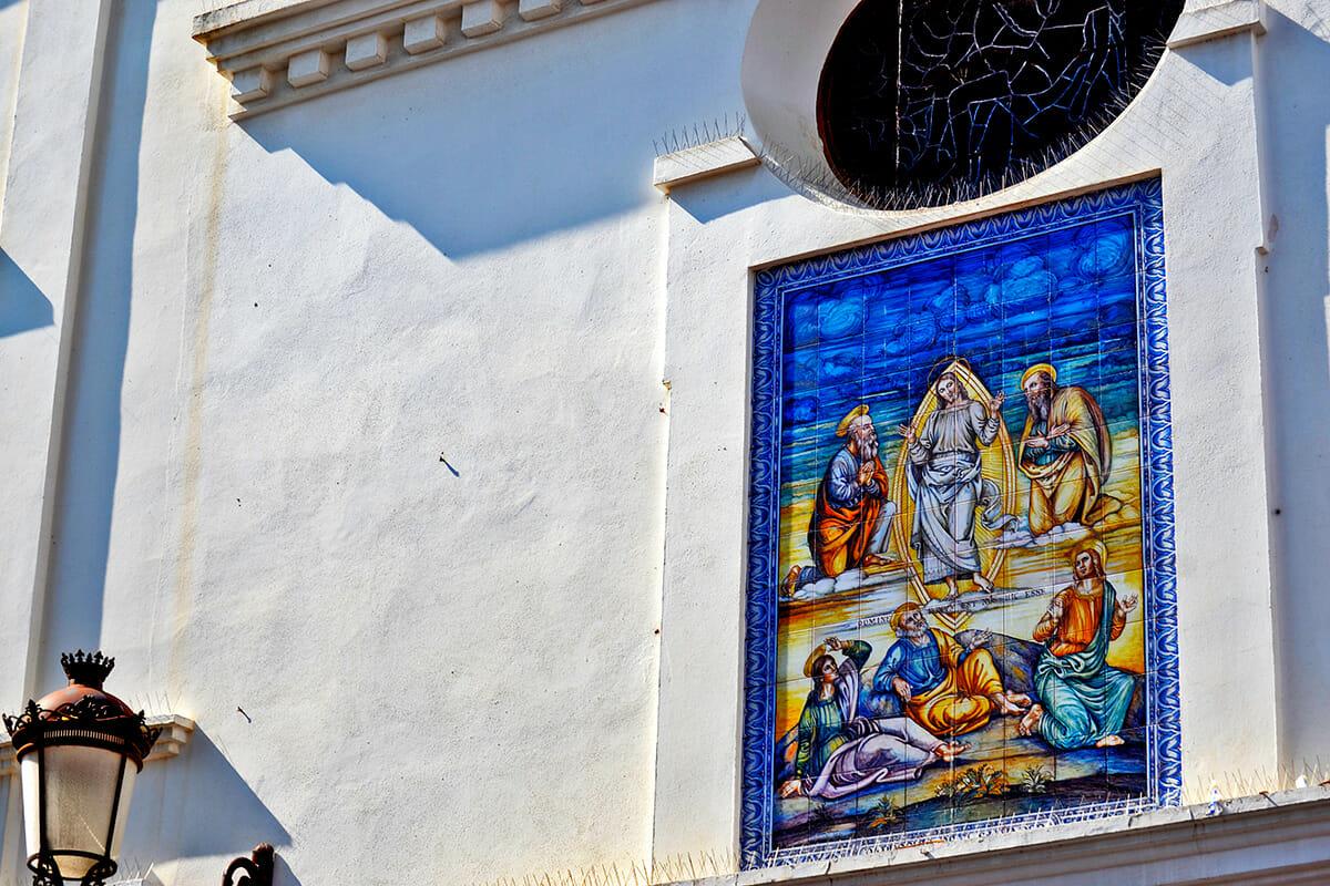Detalle imagen religiosa frontal fachada Parroquia El Salvador Nerja