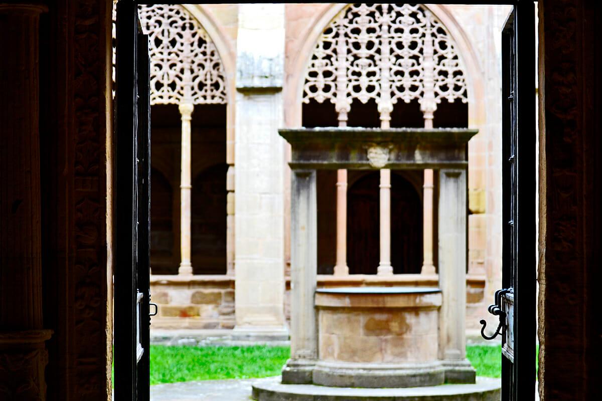 Pozo claustro patio interior Basílica Santa María la Real Nájera La Rioja