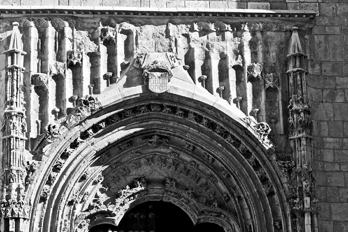 Fachada arco gótico tardío esculturas pórtico Iglesia Nuestra Señora Asunción Valdepeñas