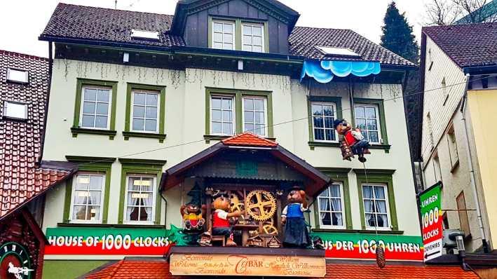 Muñecos relojes cuco madera escaparate tienda Triberg Alemania