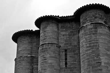 Torres columnas piedra rojiza Monasterio Santa María La Real Nájera La Rioja blanco y negro