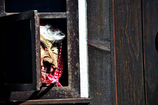 Vieja cuento alemán mirando ventana puerta casa madera Märchengarten Ludwigsburg