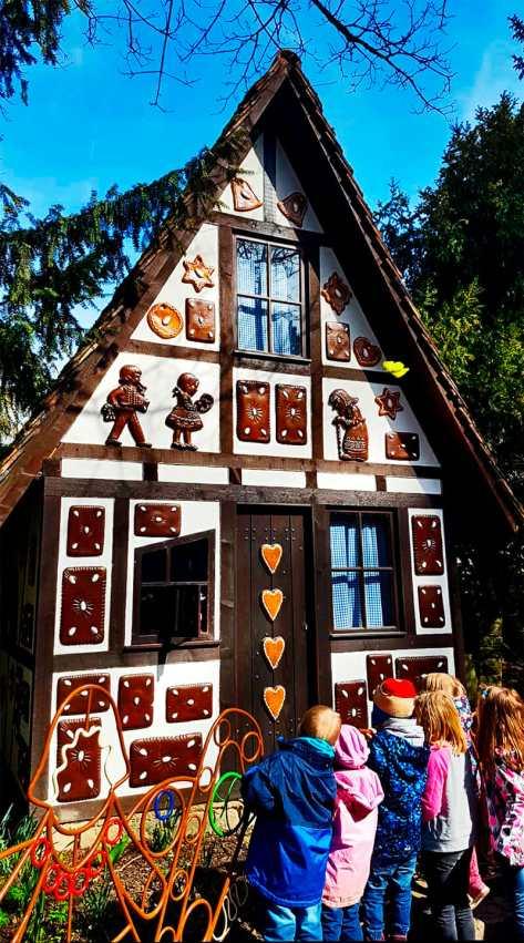 Niñós mirando casa cuento chocolate Märchengarten Ludwigsburg Alemania