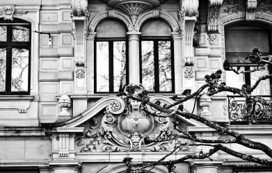 Friso escultura busto edificio ramas árbol edificio Baden Baden Alemania