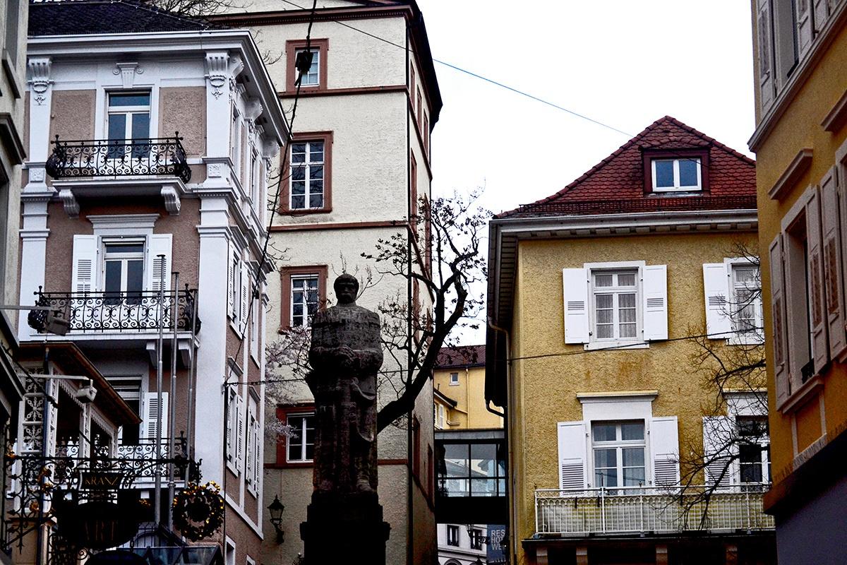 Escultura viviendas centro histórico Baden Baden Alemania