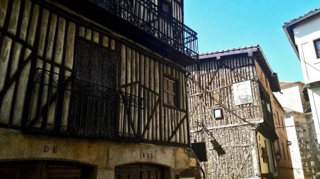 Fachada viviendas madera medievales Mogarraz Salamanca