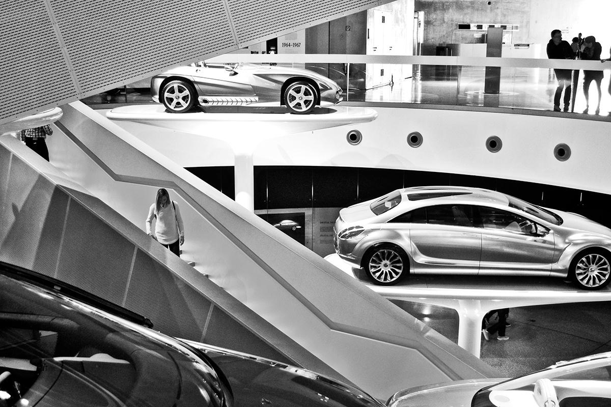 Vehículos escaleras exposición Museo Mercedes Stuttgart