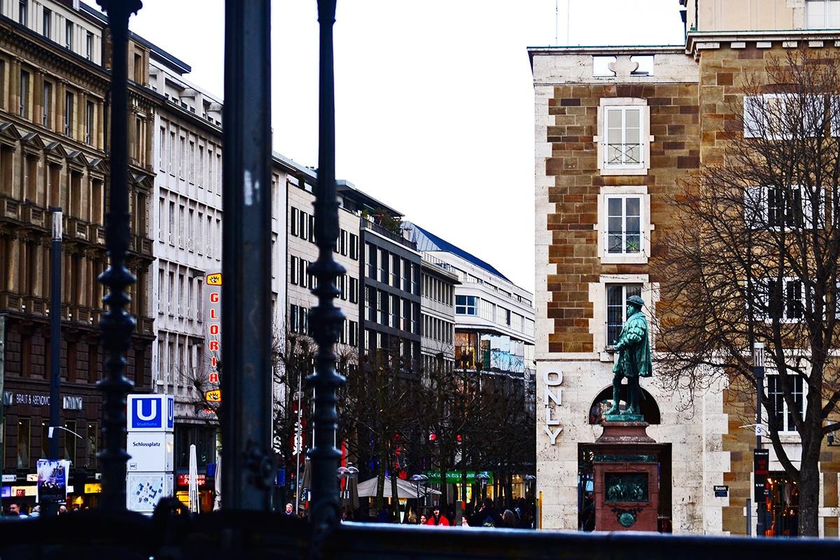 Cruce Konigstrasse plaza escultura centro Stuttgart