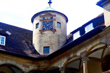 Torre circular reloj interior patio Ales Schloss Stuttgart