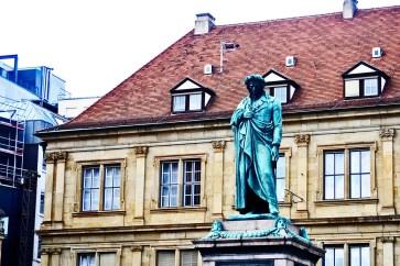 Escultura plaza Schiller centro urbano Stuttgart
