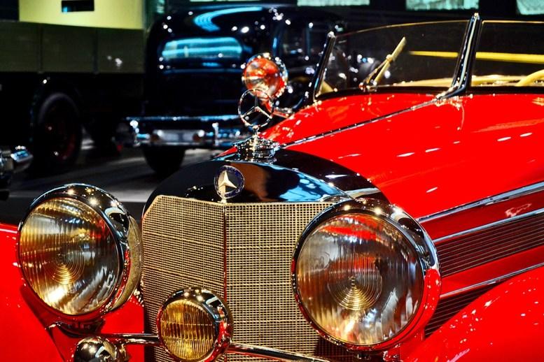 Frontal detalles adornos Mercedes Benz Museo
