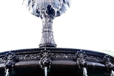 Detalle agua cayendo fuente leones Schlossplatz Stuttgart