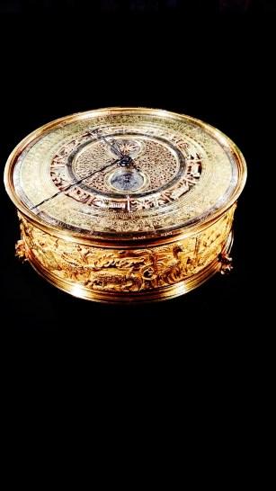 Caja circular relieve oro museo Stuttgart