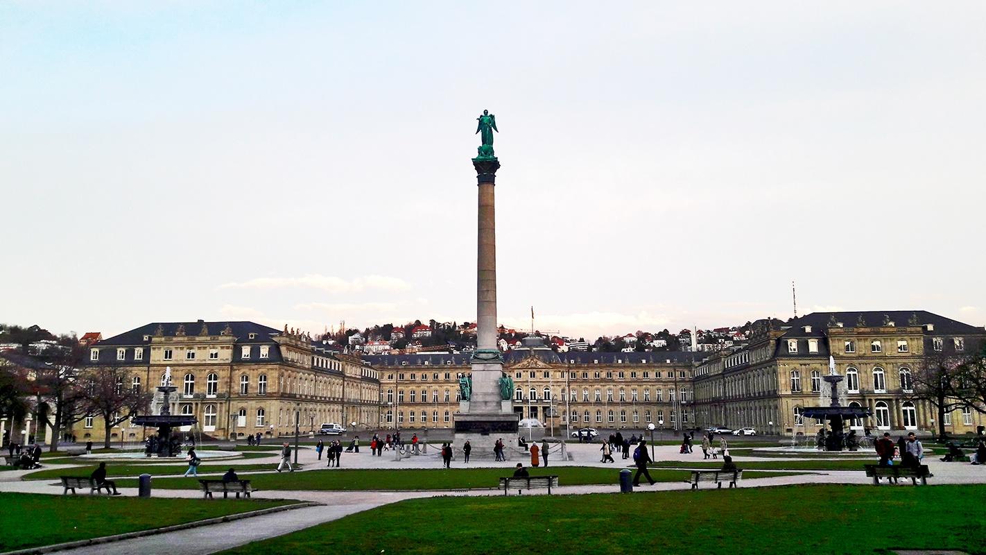 Ciudadanos paseando columna palacio Schlossplatz