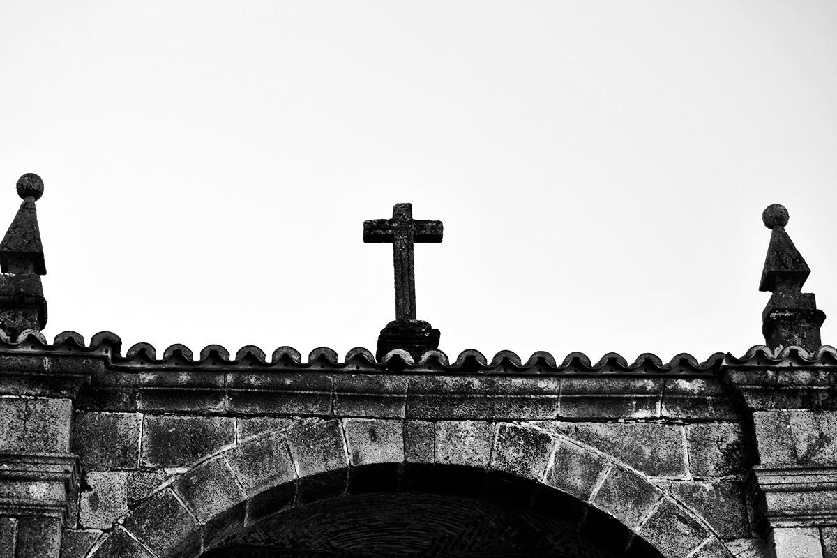Fachada cruz piedra iglesia La Alberca