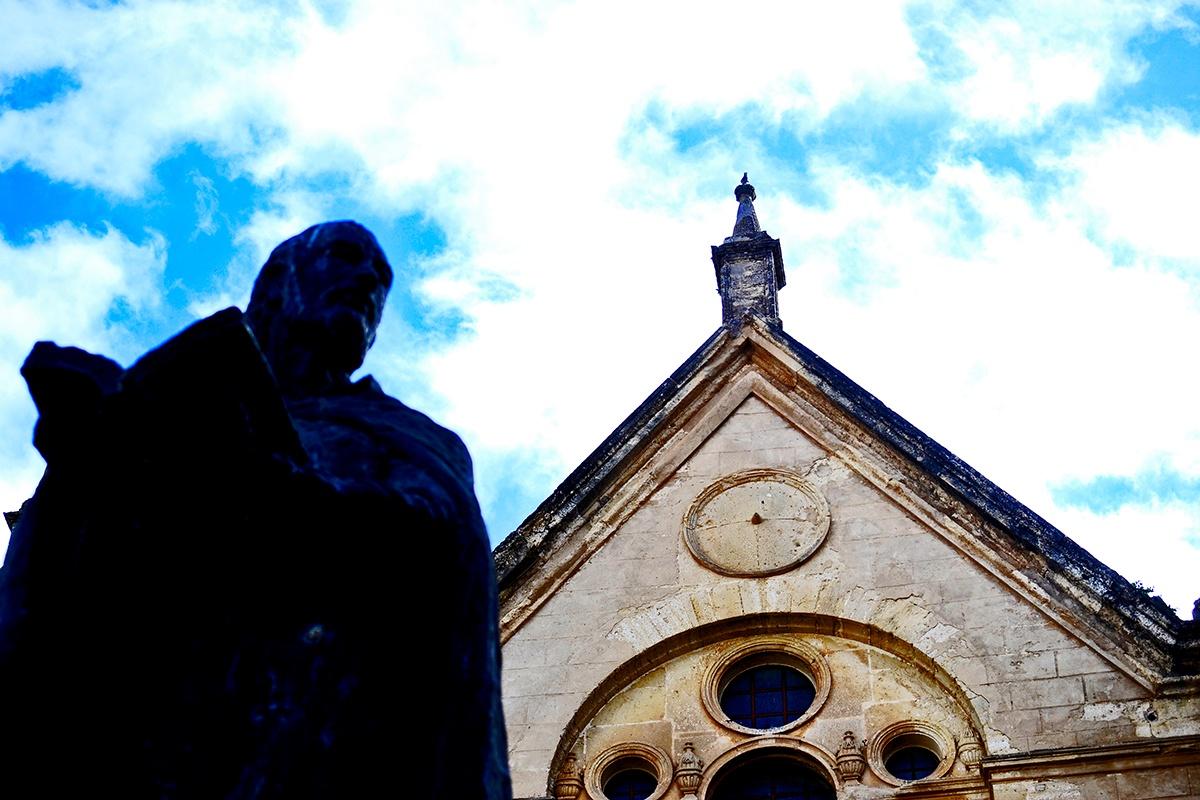 Escultura libro fachada iglesia Antequera