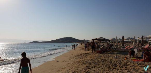 """Agios Prokopios Es la playa mas cercana a la zona hotelera y a Chora, aunque no sea la mejor de todas, tiene su encanto. La puesta de sol, junto con la de la Puerta de Apollo, es una de las mejores de la isla. El sol desprende una luz mágica sobre el agua azul cuando se oculta tras la montaña del oeste de la playa. Su cercanía a los alojamientos hace que esté """"masificada"""" con respecto al resto de playas de Naxos."""